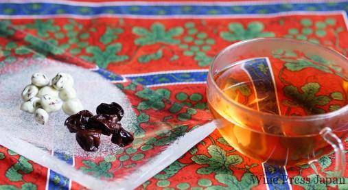 赤みの鮮やかなお茶、綺麗です。