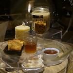 プイィ・フュメの館にディスプレイされていた香りのサンプル「ハチミツ、ミツロウ、パンデピス」。