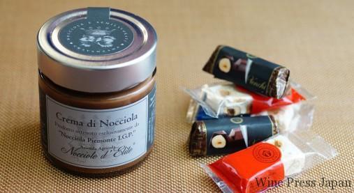 「ヌテラ」だけでなく、こんなシックなヘーゼルナッツ・チョコレート・スプレッド(左)もありました。一口サイズのヌガーやチョコレートも。