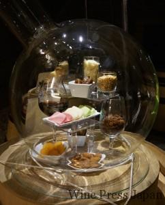 プイィ・フュメの館にディスプレイされていた香りのサンプル「ナッツやドライフルーツ」。