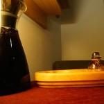 テーブルの上にカラフが……。これが足浴用のワインでした!