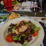 ある日のランチの一皿目。サラダの上には、砂肝とフォアグラ! 名産地が近いので、フォアグラもよく出てきました。