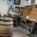 樽職人の部屋。新樽を造るためではなく、樽の修繕のためにおかかえ職人がいるのです。
