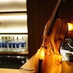 ヴァイオリン型の素敵な照明がカウンターに。