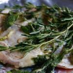 鶏もも肉のマリネ開始。こんな感じでざっくりハーブを裏表に。ハーブは1種類でもいいと思います。