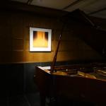 この壁にも。グランドピアノの色合いとマッチしています。