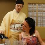 和装でワインのサーヴィスも素敵です。