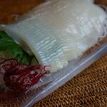 イカは種類や漁場によって様々な種類のものが一年中探せまずが、これは北海道産のスルメイカです。まさに今、夏が旬ですね。これは買ってきてしまったものなので、細工がしてあります(自分ではしたことがありませんが、食べやすいです)。