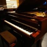 グランドピアノとワイン、いい雰囲気ですね♪