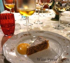 クルミたっぷりのパイにザバイオーネ・ソースを添えて。ワインはピコリットの甘口♪