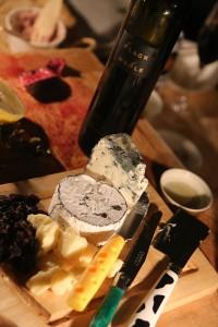 最後は北海道産チーズと、オーストラリアのニューサウスウェールズ州リヴェリナの有名ワイン「ノーブル・ワン」のブラックバージョン「ブラック・ノーブル」。