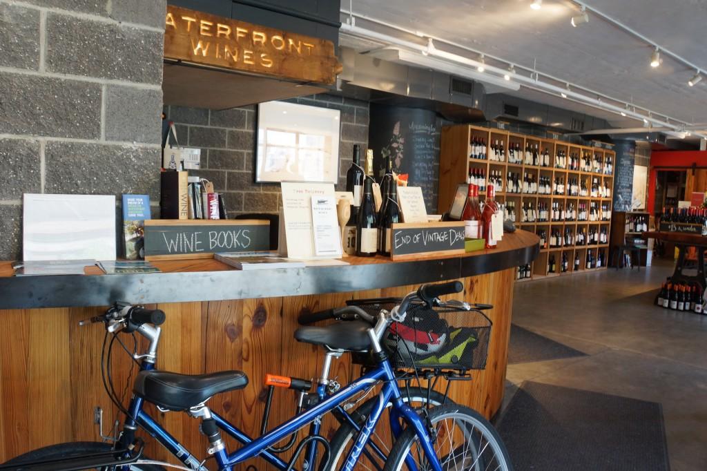 WATERFRONT WINES店内。ニューヨークのワインショップでは、ご近所へ自転車デリバリーするのが流行している様子。