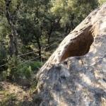 大きな岩に空く穴、これは。。。