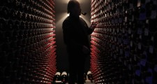 このゴージャスなボルドーワインで埋め尽くされたセラー。このセラーの主は一体……。