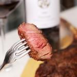 完璧なミディアム。焼きあがったらすぐにカットしないでください。焼いた肉を休ませる事で肉汁が留まります。