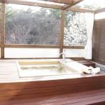 部屋の露天風呂。クーラーも備え付けられているので、ワインを飲みながら一風呂…という過ごし方も。