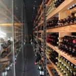 「OTTO SETTE」が誇るワインセラー。山梨と長野のワインの品揃えは随一。