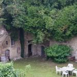 岩にたくさん掘られた古い洞窟。