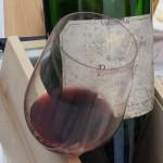 白が入っていた木箱をワインバスケット代わりにしてくれました。グラスは脚のないリーデルの「オー・グラス」。アウトドアでも重宝します。