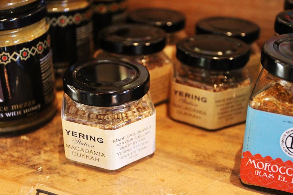 オーストラリア・ヴィクトリア州メルボルンの市場にある専門店。オリーブオイルとパンを渡され、さまざまなデュカをテイスティングできる。