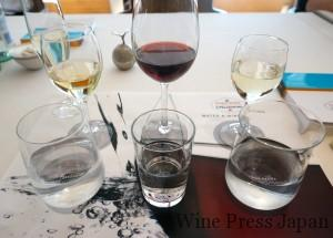 手前右から、アクアパンナ、水道水、サンペレグリノ。アクアパンナとサンペレグリノはそれぞれ特別にデザインされたグラスにて。