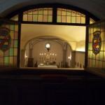 寝室のステンドグラスの窓を開けると、教会が。