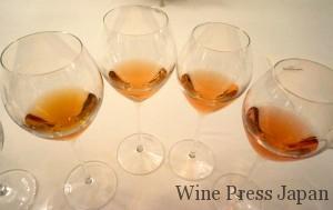4つのグラスは、右から「ルイナール ロゼ」「ルイナール ロゼ マグナム」「ドン・ルイナール ロゼ2002」「ドン・ルイナール ロゼ1985」。マグナムは、少し熟成させたマグナムは、ノーマルボトルのベースが2011年なのに対して、こちらは201年がベース。より落ち着きのある香りと味わいで、なめらかさが増し、少し火を入れたベリー・ミックスようなアロマでした。