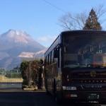 由布院ワイナリーを訪問した後、「七つ星」の客人を待つ専用のバスに出くわしました。後ろには、やっぱり由布岳。