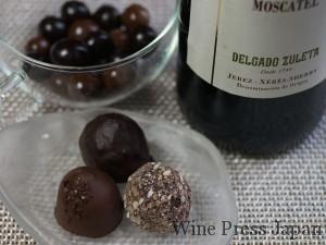 手前のチョコレートは、ゴディヴァで仕入れたキャラメルサレ(左手前)、カプチーノ(右手前)、プラリネアマンド(奥)。後ろの丸いチョコは、オレンジピールをくるんだものです。