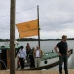 マリエハムンからクリコの旗がはためく小舟に分乗し、シルヴェスカー島を目指す。