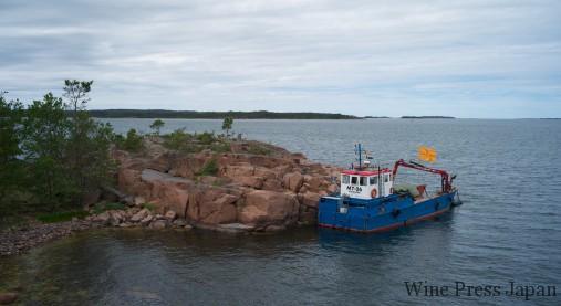 ヴーヴ・クリコの詰まったケージはクレーン付きの小舟に載せられ……。