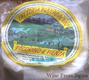 ラベルをテープで貼付けているという、なんとも素朴なチーズです。