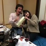 彩奈さんから結婚祝いのワインを手渡され、ご機嫌の平賀祐一さん。