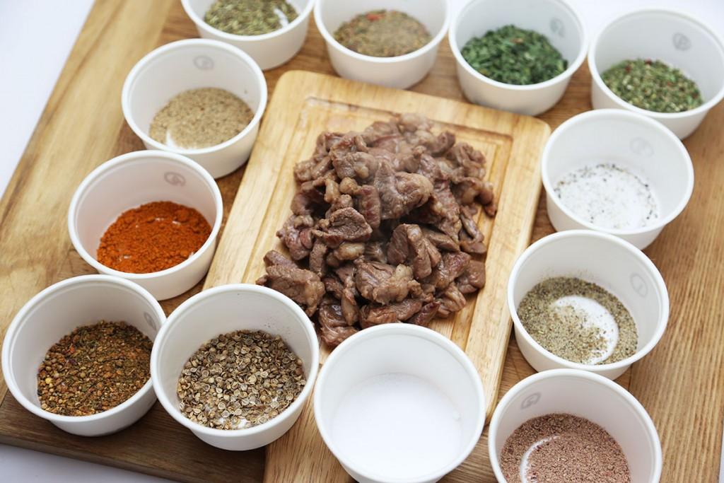 名付けてスパイスフォンデュ(仮称)!塩味だけで焼いたラム肉の周りに好みのスパイスをずらりと並べ、自分流で付けて食べる!予想以上に楽しい!