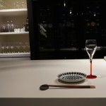 真ん中の白い大きなテーブルの向うに見える壁一面は、ワインセラー。