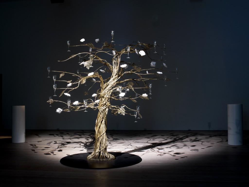 オランダ人アーティスト、トード・ボーンチェがペリエ ジュエのために2013年に創作した「The Enchanting Tree(エンシャンティング・ツリー)」が、アンダーズ東京の52階にフェア期間中展示されています。