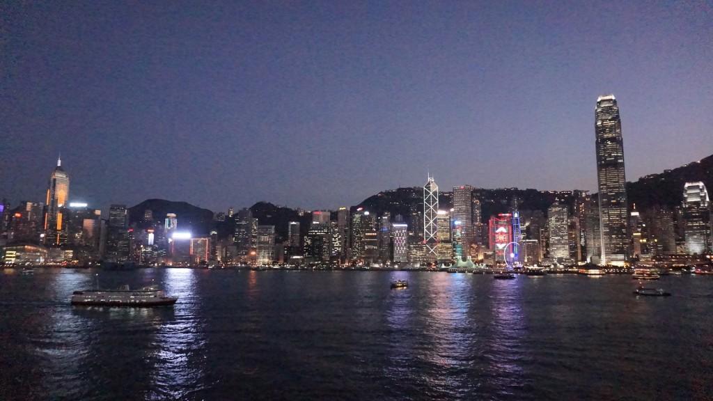 13階のデッキから香港島側の夜景を眺める。やはり100万ドルという形容詞にふさわしい。