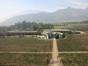 畑の上からエラスリスのワイナリーを見下ろす。真ん中にある白い円形の建物がアイコンワイン専用のワイナリー。