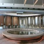 アイコンワイナリーの内部。グラヴィティフローの構造。木製ファーメンターやステンレスタンクが並ぶ。
