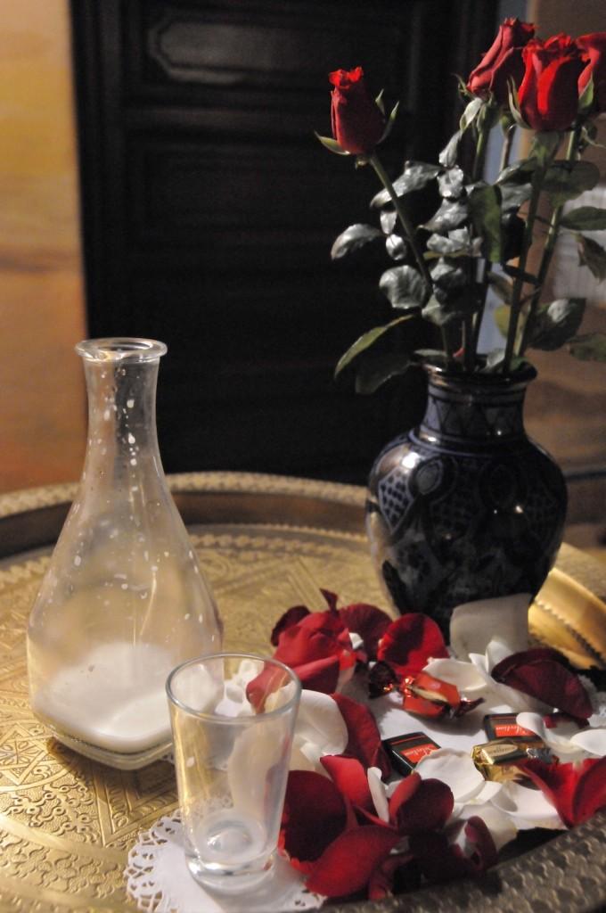 モロッコ・マラケシュのリヤドとよばれる邸宅ホテルで、毎夜ベッドサイドに置かれていたローズミルク。