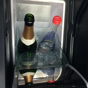 リアシートの中央に納まる小型冷蔵庫。中にはミネラルウォーターとともにナイティンバーが! ナイティンバーは英国随一のスパークリングワイン。2012年のエリザベス女王戴冠60周年記念では、王室遊覧船スピリット・オヴ・チャートウェル号でのパーティやウエストミンスター宮殿での午餐に供された。