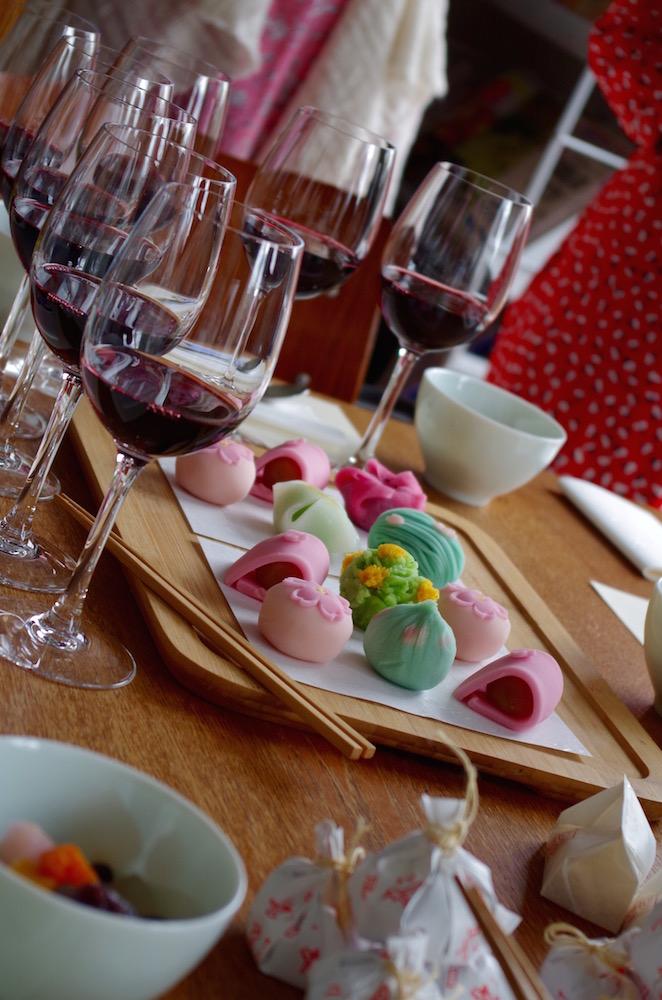 和菓子と合わせるとワインがとたんに雅な華やかさをまといます。