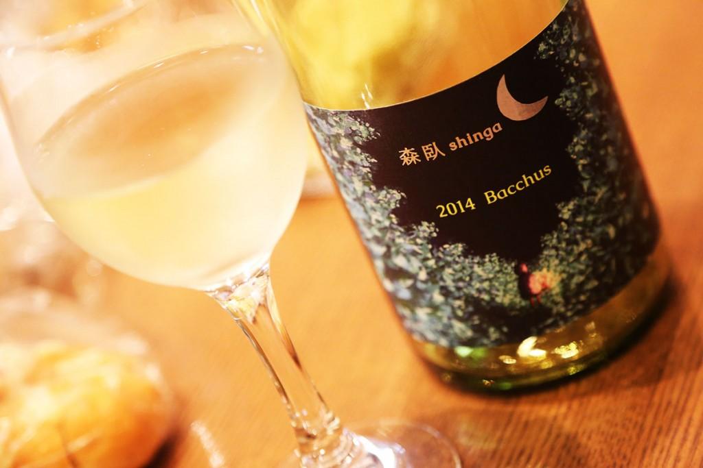 日本酒を注ぐのは上手だけど、ワインを注ぐのはまだまだぎこちない(笑)栽培家の裕二さんが慣れない手つきでみんなにサーヴしてくれた1杯目はもう二度とない最高の1杯目。