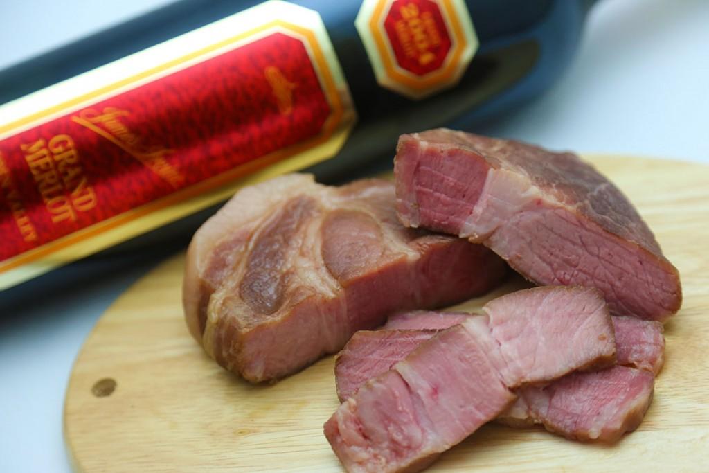 豚ももと豚肩ロース以外に豚バラ肉でも試しましたが、豚バラはカロリーに反比例するようにタンパク質が少ない分、このような低温調理法で加熱しても、それほど柔らかくはなりません。部位の脂質も考慮したうえで最適な部位を選びましょう。