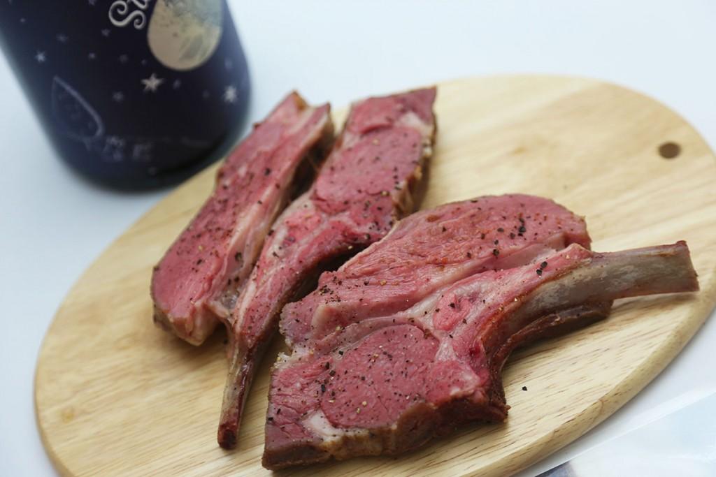 骨付きの仔羊肉、均等に火を通すのは難しいですよね?でもこれなら簡単!ぷるぷるするほど水分を保ったままの赤身を楽しめます。