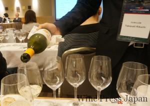 ワインを注ぎ中の手は「サン・パウ」の菊池ソムリエ