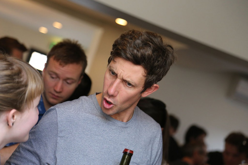 James Danby Erskine (Jauma)、怒っていませんし、とても気さくで柔らかい人物です、真剣にワインについて話しています。