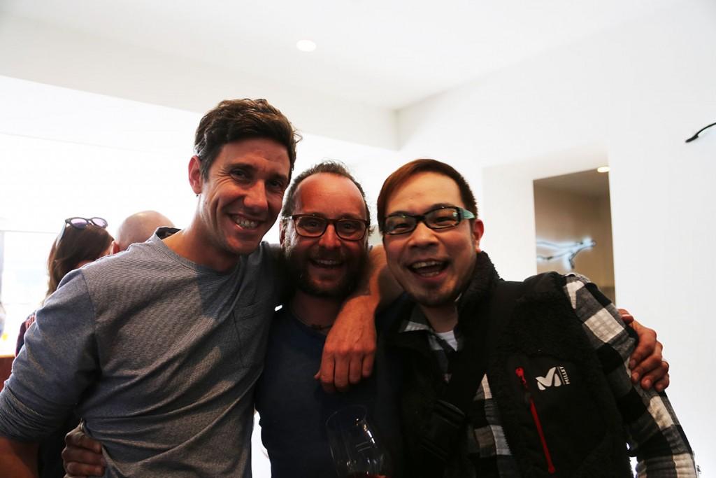 写真中央がショブルックのトム。左はヤウマのジェームズ、右は大阪会場「Az / ビーフン東-大阪店-」で彼らを待ち受ける田代ソムリエ。待ち受ける?なんのことやら分からない方は最後までお読みください。